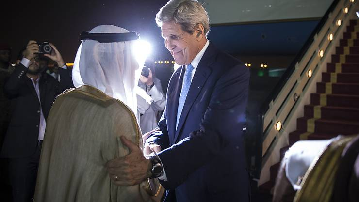 US-Aussenminister John Kerry wird bei der Ankunft in Riad vom saudi-arabischen Aussemnister empfangen. Später traf er auch mit König Salman zusammen.