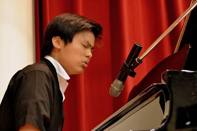 Edward Ye beim  Gesangswettbewerb in Taiwan (in der St. Ignatius High School) (1. Platz)