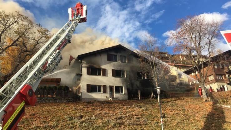 Nach dem Beziehungsdelikt in Sent GR vom Montag brannte das Haus des Ehepaares. Nun wird geprüft, ob es einsturzgefährdet ist. (Archivbild)