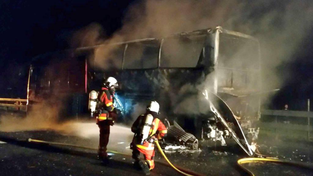Der Reisecar auf der A2 bei Zofingen AG brannte total aus. Die Insassen konnten sich rechtzeitig in Sicherheit bringen.
