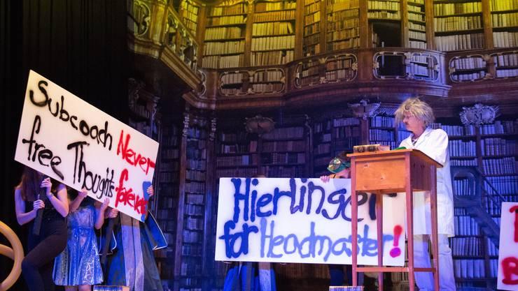 Die Schüler wollen sich das Lesen nicht verbieten lassen: Szene aus der Dystopie «Die Hierlinger Revolte».