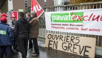 Streikende Arbeiter vor dem Pavatex-Werk in Freiburg