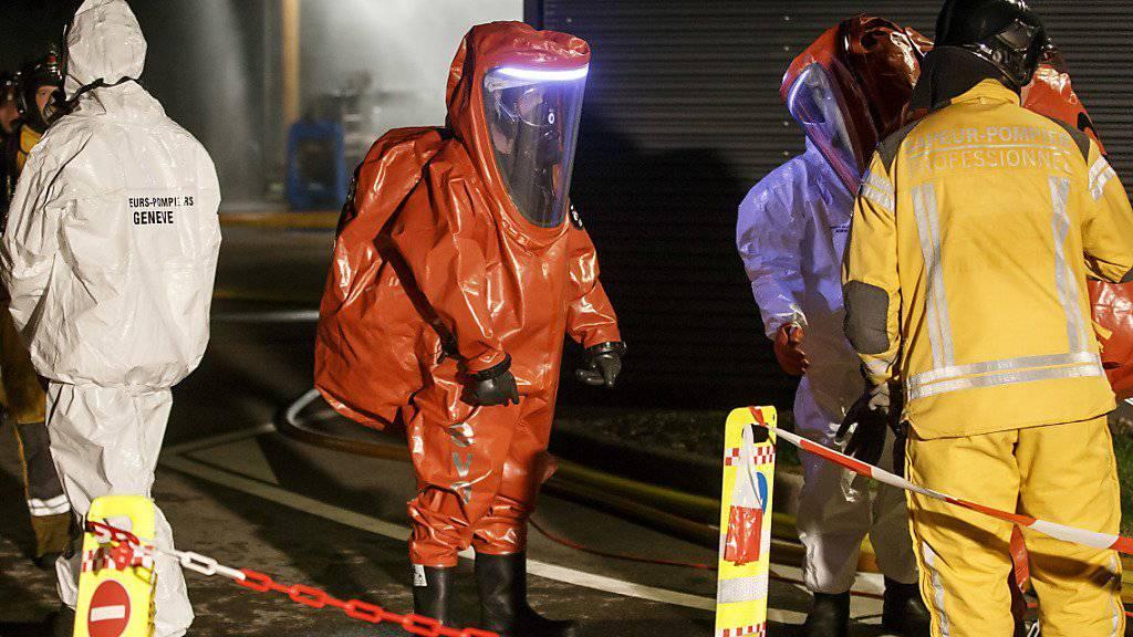 Wegen der ausgelaufenen Salzsäure aus einem Betrieb der Industriellen Betriebe von Genf mussten die Einsatzkräfte Schutzanzüge tragen. Verletzt wurde niemand.