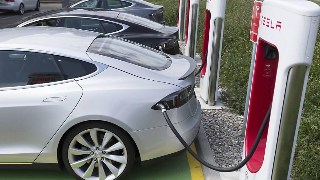 Der Elektroautopionier Tesla will seine Schnell-Ladestationen auch für Dritte öffnen. (Archivbild)