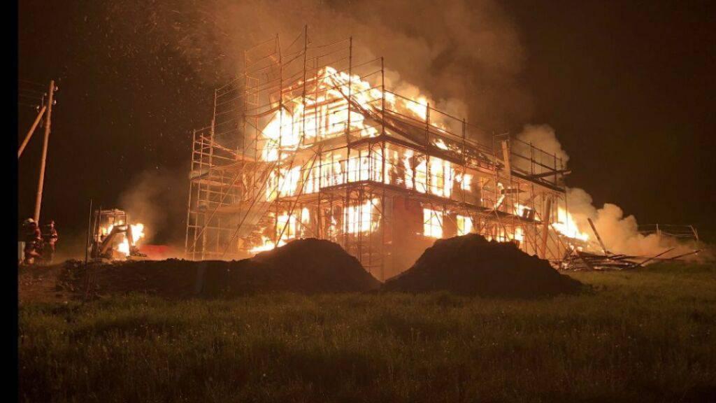 In Heitenried FR ist am frühen Samstagmorgen ein in Renovation stehendes Bauernhaus durch einen Brand vollständig zerstört worden.