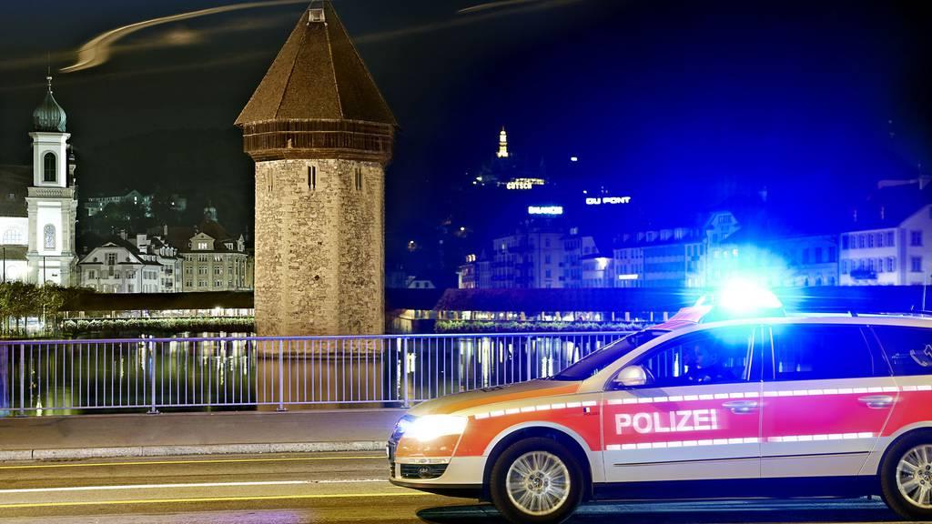 Raub auf Verkaufgeschäft - Polizei sucht Zeugen