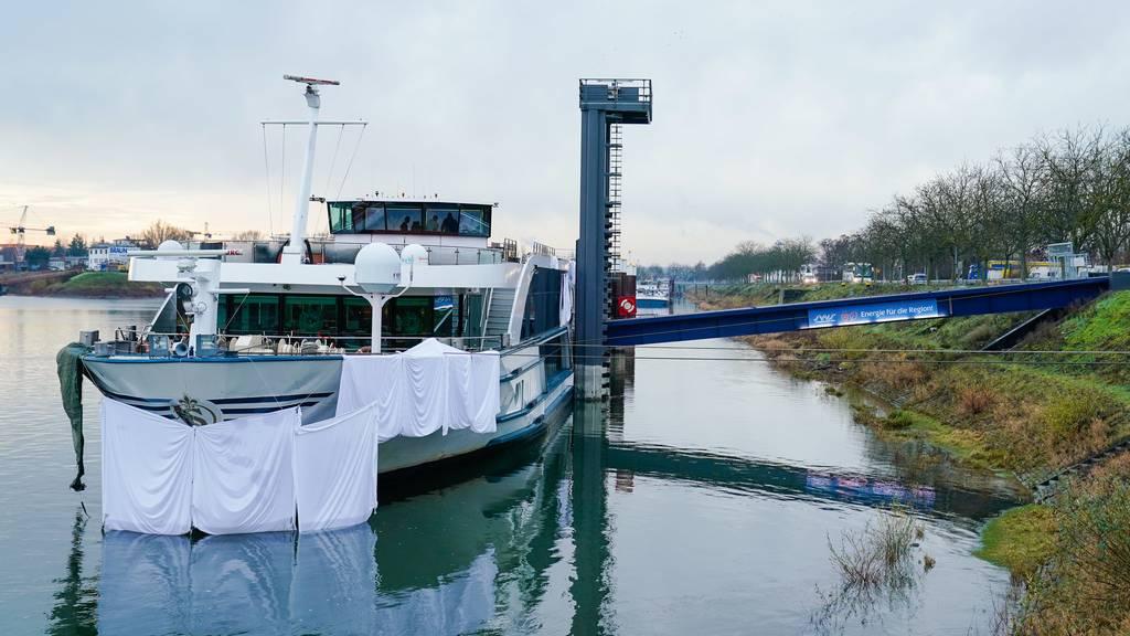 20 Verletzte bei Frontalcrash mit Tanker auf dem Rhein