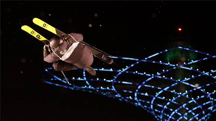 Spektakulär: Andri Ragettli wirbelt während eines Nachtwettkampfs durch die Luft.