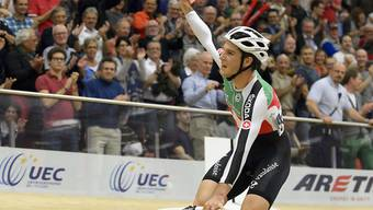Claudio Imhof auf der Ehrenrunde: Nach dem Gewinn der Bronzemedaille im EM-Punktefahren von Grenchen lässt sich der Thurgauer vom Publikum feiern