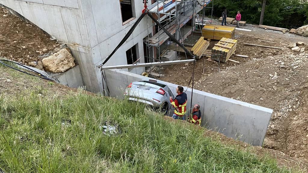 Während dem Fotoshooting rollt das Auto den Abhang hinunter