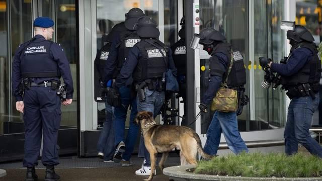 Sicherheitskräfte beim Flughafen Schiphol im Einsatz
