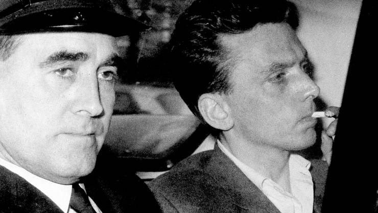 Ian Brady (r) im Oktober 1965 auf dem Weg zum Gericht in Hyde. (Archivbild)