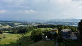 Diese Aussicht, auf 35 Meter Höhe, könnte vom neuen Turm auf dem Hasenberg bestaunt werden. Zu sehen ist das Haus Morgenstern, das sein Land für das Projekt zur Verfügung stellt.