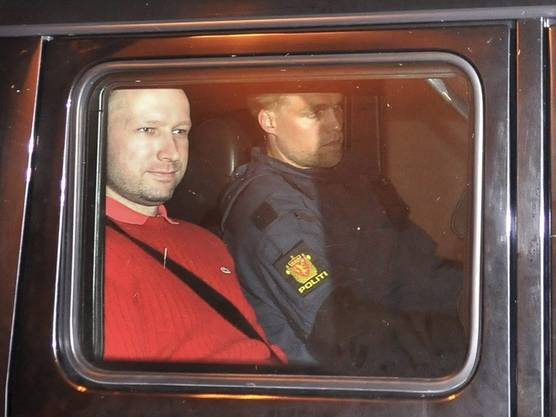 Anders Behring Breivik (links) nach dem Haftprüfungstermin