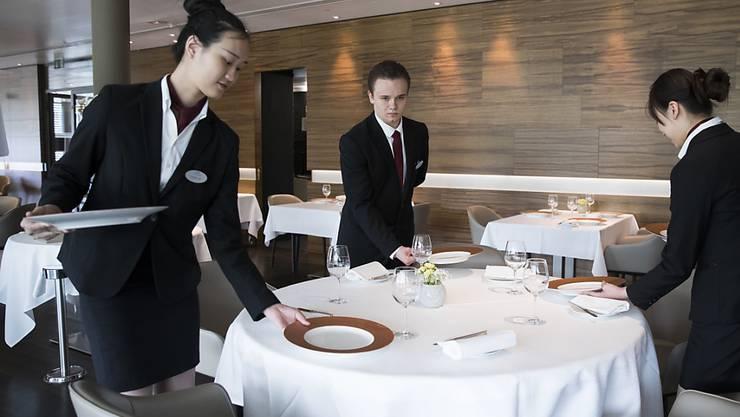 Im Gastgewerbe liegen die Kosten für eine Arbeitsstunde mit nicht ganz 37 Franken am tiefsten von allen Branchen. (Symbolbild)
