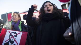 Linke Kreise, angeführt von der JUSO, demonstrierten am Donnerstagnachmittag in Davos. Etwa hundert Demonstranten kritisierten auf der Strasse gegen die Mächtigen des World Economic Forums.
