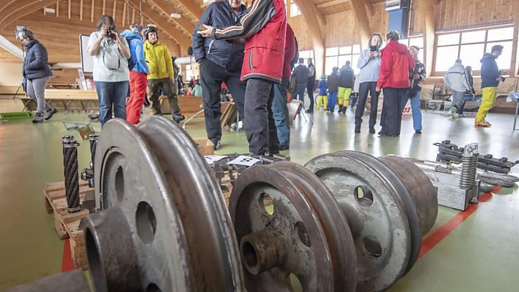 Rund 300 Besucherinnen und Besucher reisten am Samstag an, um Teile der alten Stoos Standseilbahn, wie Bilder, Bahnwagen, Bahntäfeli oder Holzbänkli zu ersteigern.