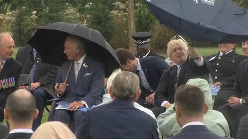 Sogar Prince Charles lacht mit: Hier kämpft Boris Johnson mit seinem Regenschirm