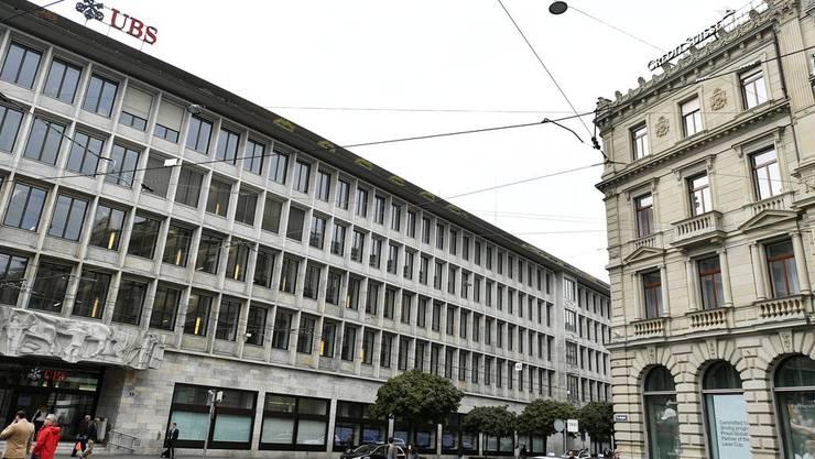 Der Schweizer Finanzplatz - hier UBS und Credit Suisse am Zürcher Paradeplatz - investiert nach wie vor in den Ausbau von Kohleabbau und Erdölförderung.