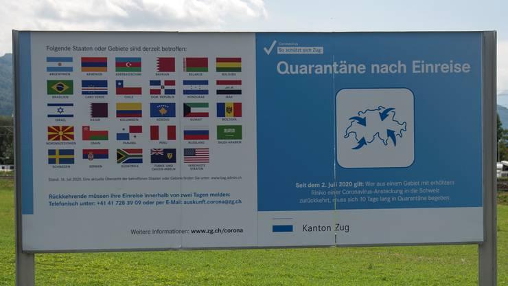 Schilder weisen auf die Quarantänepflicht für Rückkehrerinnen aus Risikoländern hin. Hier ein Beispiel aus dem Kanton Zug. (Archivbild)