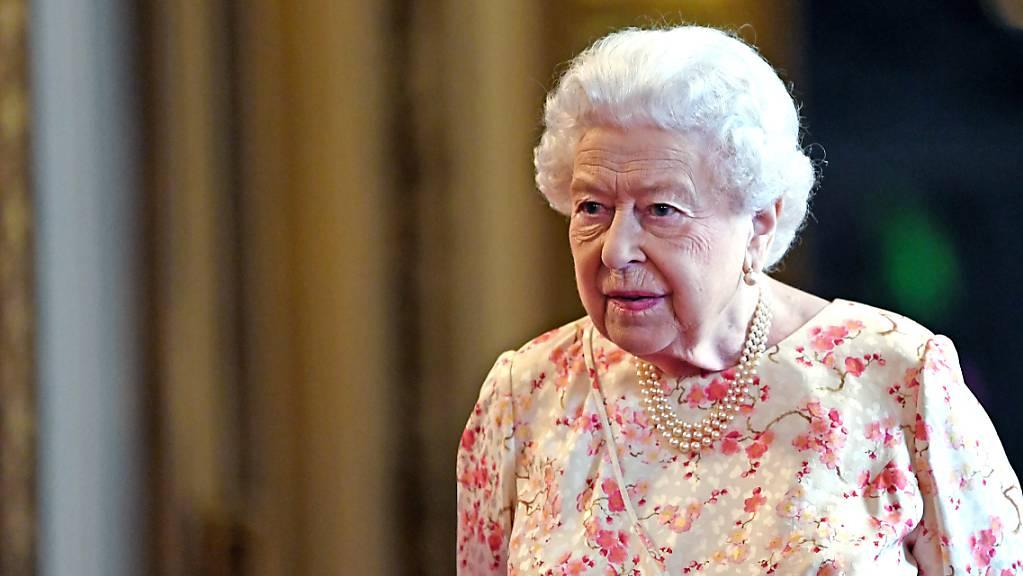 ARCHIV - Königin Elizabeth II. von Großbritannien besucht eine Ausstellung anlässlich des 200. Geburtstags von Königin Victoria. Foto: Victoria Jones/PA Wire/dpa