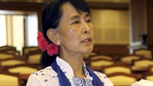Aung San Suu Kyi spricht im Parlament