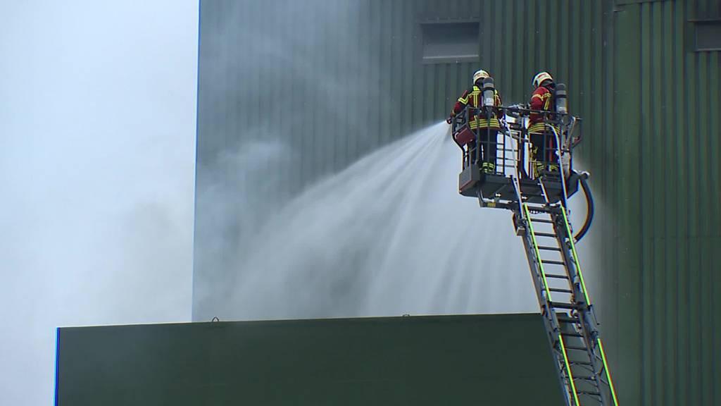 Grosseinsatz: In Gachnang brennt Getreidetröchnungsanlage