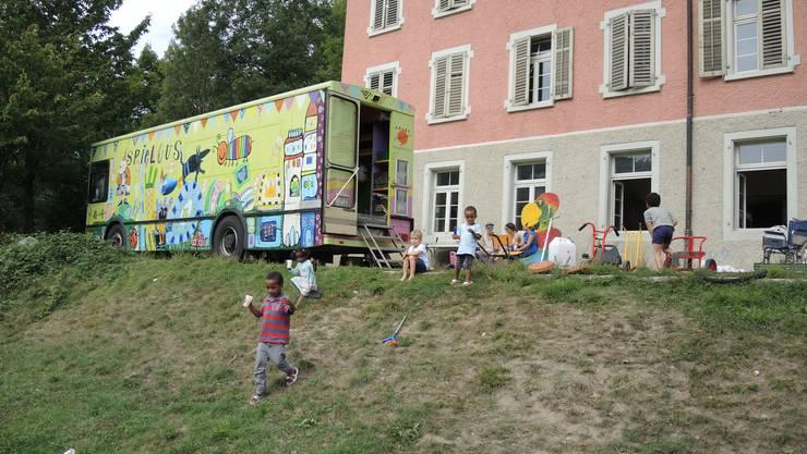 """Der Spielbus der Berner Fachstelle """"SpielRaum"""" macht Halt im Asylzentrum Untersiggenthal."""