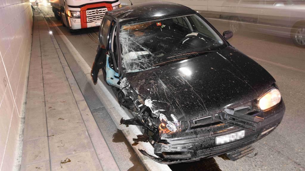 Lenker baut Selbstunfall: Beifahrerin unbestimmt verletzt