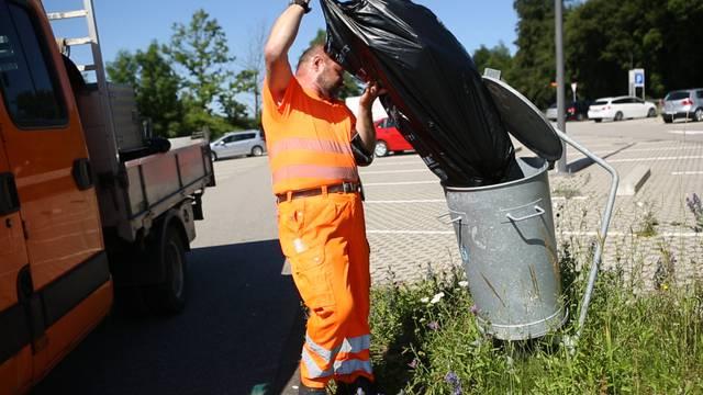 Es gibt viel zu tun: Zweimal pro Woche reinigt Christoph Jauslin, Mitarbeiter Strassenunterhalt, den Grexi-Parkplatz in Lenzburg.