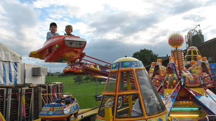 Die Kleinen verfolgen das Dorffest von oben.