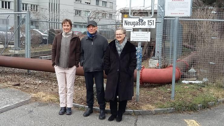Die Noigass-Vorstandsmitglieder Evtixia Bibassis, Res Keller und Regula Weiss vor dem Neugasse-Areal.