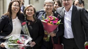 Die vier neuen Regierungstmitglieder der rot-grünen Liste feiern am Sonntag ihren Sieg.v.l.n.r. Cesla Amarelle (SP), Nuria Gorrite (SP), Béatrice Métraux (Grüne) und Pierre-Yves Maillard (SP).