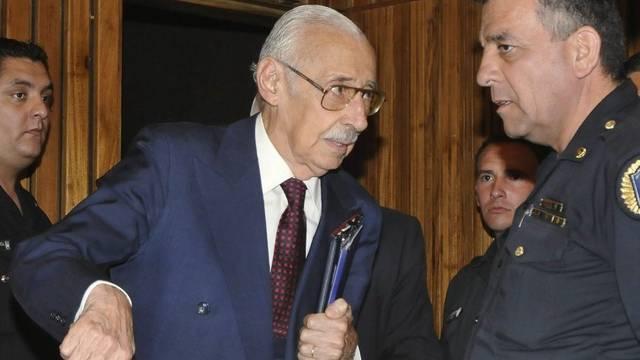 Jorge Rafael Videla im Gespräch mit einem Polizisten im Jahr 2010