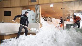 Die Schneemassen drangen durch die geborstenen Fenster ins Hotel-Restaurant ein und türmten sich bis an die Decke.