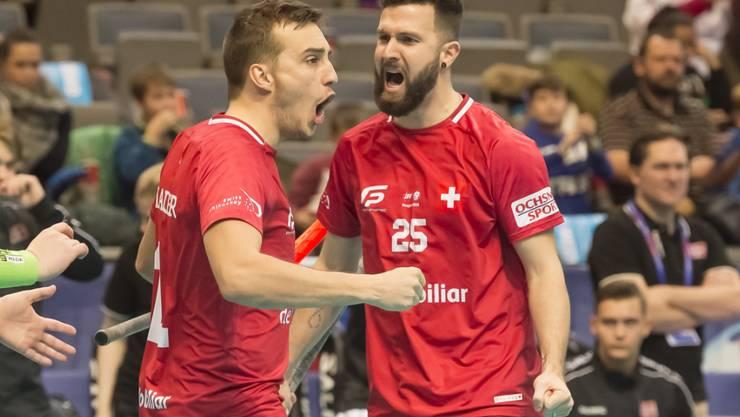 Manuel Maurer (links) und Christoph Meier bejubeln ein Tor an der WM 2018 in Prag
