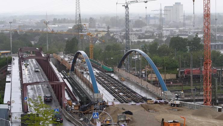 Auf der Bogenbrücke gegen Weiler Innenstadt liegen die Tramgleise bereits, davor entsteht die Wendeschlaufe.
