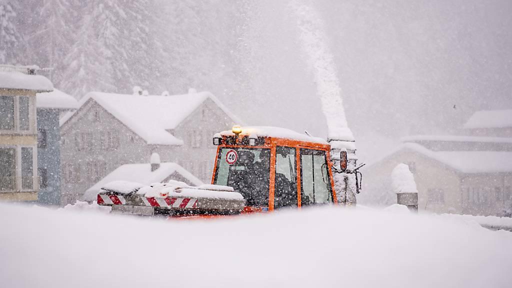 Die starken Schneefälle - im Bild Göschenen am letzten Donnerstag - haben im Kanton Uri zu verschiedenen Strassensperrungen geführt. Bis am Sonntag hat sich die Lawinensituation etwas entspannt. (Archivaufnahme)