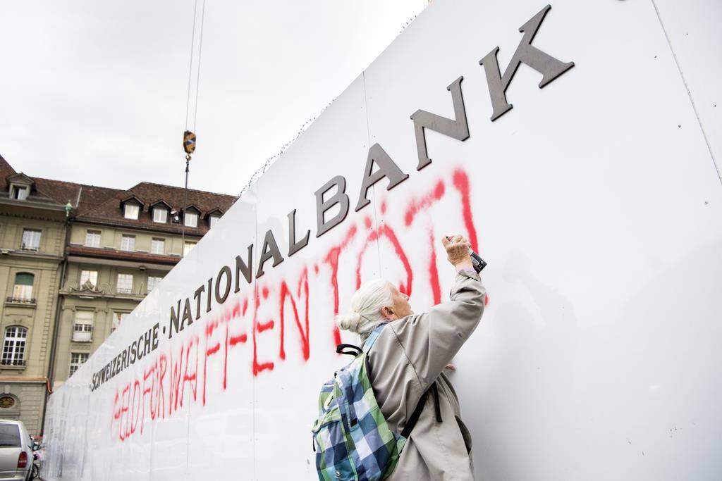 86-Jährige besprayt eine Gebäudeabschrankung der SNB (© Keystone)