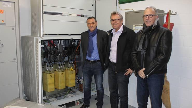 Salvi Donato (Livarsa GmbH), SWG-Chef Per Just und Peter Kilchenmann (Binder Electronic Components AG, von links) vor der neuen Einrichtung.