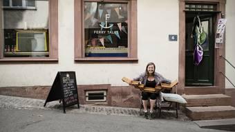 Maria Taubic vor dem «Ferry Tales», Basels erstem Fähriladen. Sie hat aus dem Nähkästchen den Begriff «Idealismus» gefischt.