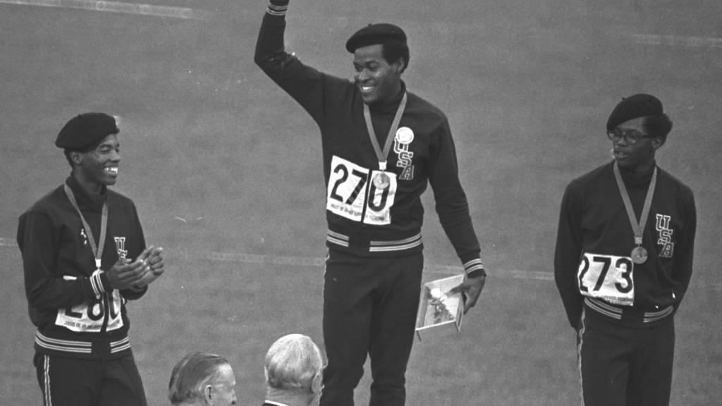 18. Oktober 1968: Nach seinem Rekordlauf steht Lee Evans in Mexico City zuoberst auf dem 400-m-Podest