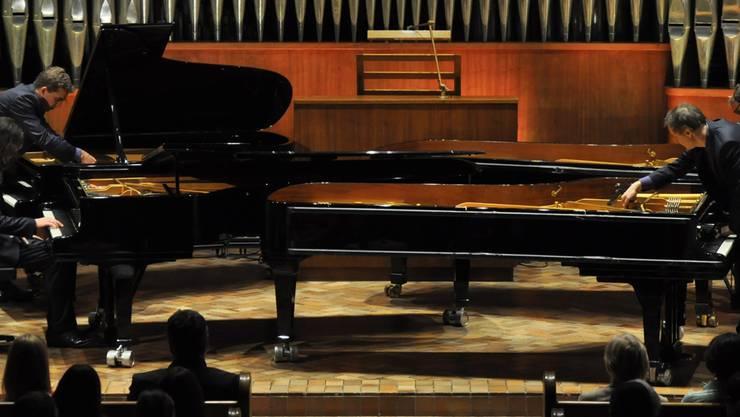 Nicht nur auf den Tasten wird Musik gemacht: Die vier Musiker des Gershwin Piano Quartetts bearbeiten ihre Flügel.