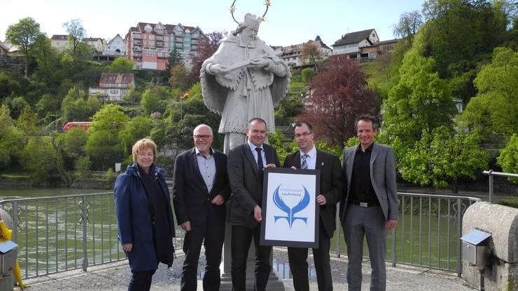 Symbolisch: Das neue Friedensstadt-Logo wurde mitten auf der Laufenburger Rheinbrücke präsentiert.