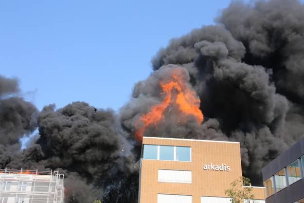 Das hat einmal ganz anders ausgesehen: Das Flachdach der Aarepark-Überbauung begann um 17 Uhr zu brennen