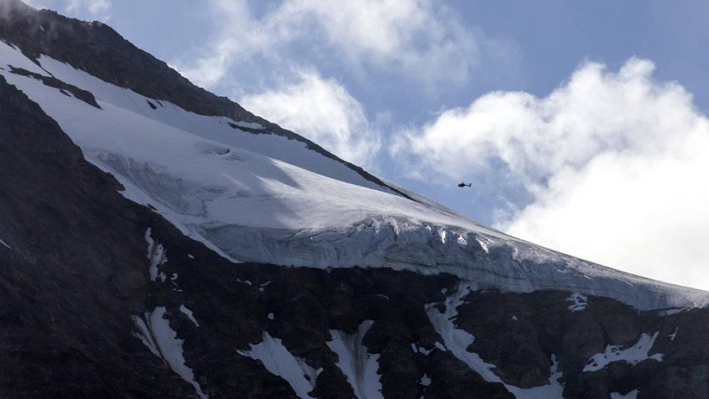Ein Helikopter suchte im Gebiet Sustenpass nach der vermissten F/A-18.