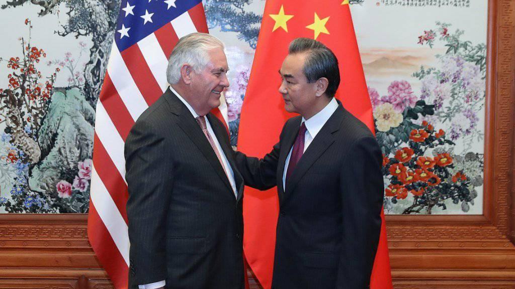 US-Aussenminister Rex Tillerson (links) sagt im Rahmen eines Treffens mit dem chinesischen Amtskollegen Wang Yi in Peking, dass die USA mit Nordkorea wegen des Atomstreits das Gespräch suchen würden.