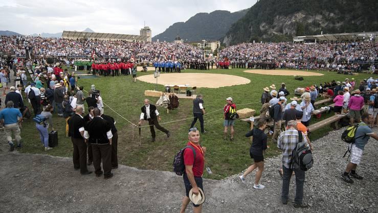 Alle sechs Jahre wieder: In Interlaken steht der Unspunnen Schwinget an. Die Zuschauer strömen in die Arena.