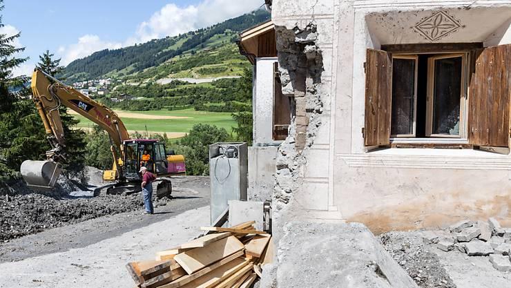 Eine Hausfassade im Engadin wurde im Juli 2015 durch einen Murgang beschädigt. Die Natur verursachte im 2015 höhere Schäden als in den vergangenen sieben Jahren.