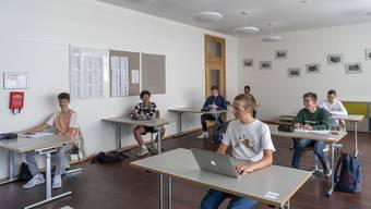 Die Mittelschulen in Basel unterrichten nach den Sommerferien wieder mit Vollunterricht. Durch die Reduktion des Sicherheitsabstandes ist dies wieder möglich.